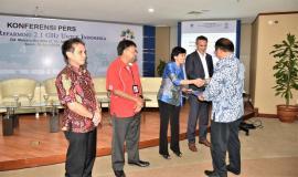 Menteri Komunikasi dan Informatika memberikan sertifikat sebagai bentuk apresiasi para operator pada acara Konferensi Pers Closing Refarming 2.1 GHz untuk Indonesia di Gedung Menara Merdeka, Lantai 10 Jakarta (16/04/2018).
