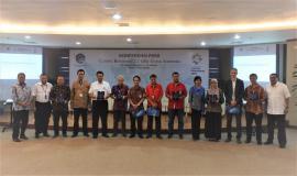Menteri Komunikasi dan Informatika (kiri) dan Dirjen SDPPI (kanan) berfoto bersama dengan para perwakilan dari operator pada acara Konferensi Pers Closing Refarming 2.1 GHz untuk Indonesia di Gedung Menara Merdeka, Lantai 10 Jakarta (16/04/2018).