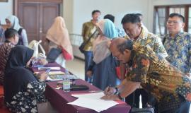 Peserta melakukan registrasi sebelum masuk ke acara ruangan Evaluasi dan Monitoring Capaian Kinerja dan Anggaran Ditjen SDPPI Triwulan I 2018 (4/5/18).