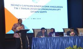Dirjen SDPPI Ismail menyampaikan paparan pada acara Evaluasi dan Monitoring Capaian Kinerja dan Anggaran Ditjen SDPPI Triwulan I 2018 (4/5/18).