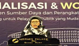 Direktorat Pengendalian SDPPI Fidyah Ernawati, mewakili Dirjen SDPPI.  Membacakan sambutan Dirjen SDPPI Ismail dalam membuka acara Sosialisasi Workshop Menejemen Sumber Daya dan Perangkat Pos dan Informatika  3/4 - 2018
