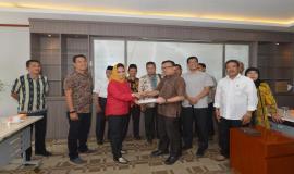 Pemberian Cenderamata oleh anggota DPRD Salatiga kepada Direktur Operasi Sumber Daya Ditjen SDPPI Dwi Handoko (8/5/18).