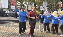 Dirjen SDPPI Ismail dan Menpar Arief Yahya mengikuti senam pagi dalam rangkaian acara Halal bihalal Ditjen SDPPI (15/5).