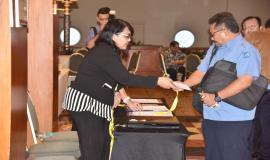 Peserta melakukan registrasi sebelum memasuki ruangan acara Pelatihan Manajemen Survival di Jakarta (16/5).