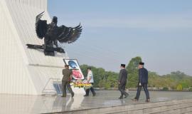 Peletakan karangan bunga dari Kemkominfo pada acara Tebar Bunga di Taman Makam Pahlawan Kalibata, Jakarta sebagai rangkaian peringatan Hari Kebangkitan Nasional ke-110 di lingkungan Kemkominfo (18/5).