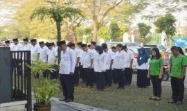 Seluruh peserta upacara bendera beserta pemimpin upacara menundukkan kepala sebagai penghormatan kepada pahlawan-pahlawan yang telah gugur pada Upacara Peringatan Hari Kebangkitan Nasional yang ke-110 di halaman kantor Balai Monitor Spektrum Frekuensi Radio Kelas I Bandung, Jawa Barat, Senin (21/5).