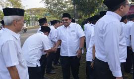 Seusai upacara bendera selesai, Dirjen SDPPI Ismail menyalami seluruh peserta dan petugas pada Upacara Peringatan Hari Kebangkitan Nasional yang ke-110 di halaman kantor Balai Monitor Spektrum Frekuensi Radio Kelas I Bandung, Jawa Barat, Senin (21/5).