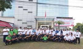 Foto bersama seluruh pegawai Balai Monitor Kelas I Bandung dan Pejabat Pusat Ditjen SDPPI pada Upacara Peringatan Hari Kebangkitan Nasional yang ke-110 di halaman kantor Balai Monitor Spektrum Frekuensi Radio Kelas I Bandung, Jawa Barat, Senin (21/5).