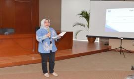 Kabag Organisasi Tata Laksana, Biro Kepegawaian dan Organisasi, Kemkominfo Rita Amalidar memberikan arahan pada acara Sosialisasi Survei Kesehatan Budaya Kerja (25/5).