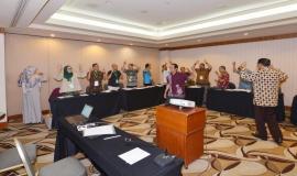 Peserta melakukan pemanasan dengan berjoget bersama pada Pelatihan Manajemen Survival (Batch 2) (24/5).
