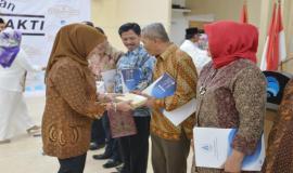 Sekjen Kemkominfo Farida Dwi Cahyarini memberikan bingkisan kepada pegawai yang memasuki purnabhakti 1 Juni  2018 (31/5).