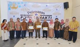 Sesditjen SDPPI Sadjan, Direktur Operasi Dwi Handoko, Direktur Penataan SDPPI Denny Setiawan dan Plt Direktur Pengendalian SDPPI Nurhaedah foto bersama dengan purnabhakti yang berdinas di Ditjen SDPPI (31/5).