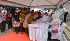Pegawai kemkominfo dan mitra kemkominfo melakukan registrasi pada acara Buka Puasa Bersama (31/5).