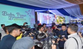 Menkominfo Rudiantara menjawab pertanyaan-pertanyaan dari para wartawan pada acara Buka Puasa Bersama (31/5).