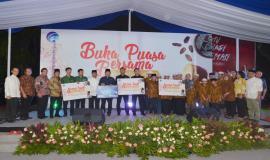 Menkominfo Rudiantara dan mitra Kemkominfo foto bersama dengan para penerima santunan pada acara Buka Puasa Bersama (31/5).