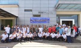 Dirjen SDPPI Ismail berfoto bersama peserta upacara pada acara Pelepasan Tim Posko Monitoring SFR Lebaran 2018 (8/6).