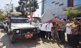 Dirjen SDPPI Ismail beserta tamu undangan mengibarkan bendera sebagai simbolis pelepasan Tim Monitoring SDPPI pada acara Pelepasan Tim Posko Monitoring SFR Lebaran 2018 (8/6).