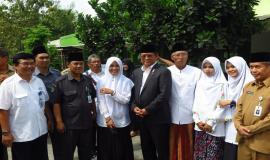 Foto bersama Menteri Komunikasi dan Informatika (Rudiantara) tengah dan Sesepuh Pondok Pesantren AL Mumtaz (kiri) ujung kanan (Sekditjen SDPPI) Sadjan dan wakil Bupati Gunung Kidul Jogjakarta (21/5) 2018