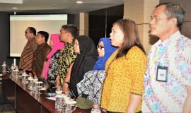 Para hadirin yang hadir pada acara Media Briefing saat menyanyikan lagu Indonesia Raya.