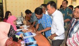 Peserta Undangan Bimbingan Teknis Radio Nelayan dalam Tema: Perangkat Radio Nelayan Untuk Keamanan,Keselamatan, dan Peningkatan Produktifitas Nelayan 6/9 2018 sedang melakukan pendataan/registrasi 6/9 2018