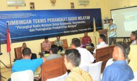 Narasumber dari Balmon Kelas II Bandar Lampung (Budi Ramdhani) memberikan materi, terkait dengan Bimbingan Teknis Perangkat Radio Nelayan Untuk Keamanan, Keselamatan, dan Peningkatan Produktifitas  Nelayan Bandar Lampung 6/9 2018