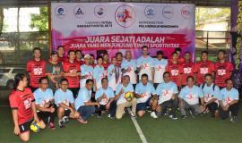 Foto Bersama Ketua Umum Panitia Hari Bhakti Postel 2018, Gilarsi Wahyu Setijono Dirut PT Pos Indonesia (tengah) sebelah kanan Sesditjen (R,Susanto) sebelah kiri Direktur Penataan (Deny Setiawan) dengan Tim Turnamen Futsal Hari Bhakti Postel ke 73
