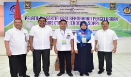 Foto Dirjen SDPPI (Ismail) sebelah kanan Kapusdiklat Kominfo (Usuluddin) Bersama Peserta Diklat Pelatihan Sertifikasi Bendahara Pengeluaran  dan Sekditjen SDPPI (R.Susanto)