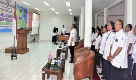 Petugas Drijen Direktorat Jenderal Sumber Daya dan Perangkat Pos dan Informatika berdiri menyanyikan lagu Indonesia Raya 8/10 2018