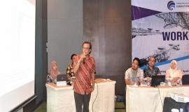 Narasumber dari PT.Trikarya Diastara Utama mempresentasikan materi kegiatan yang terkait dengan Acara Workshop Strategi Komunikasi 12/10 2018