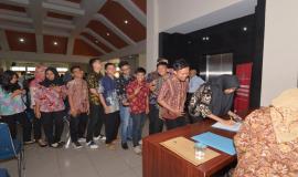 Mahasiswa yang berasal dari beberapa Universitas di Palembang melakukan registrasi pada kegiatan Frequency Goes to Campus (13/9).