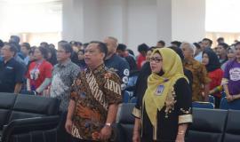 Sesditjen SDPPI R. Susanto bersama Rektor Universitas Tridinanti dan tamu undangan menyanyikan bersama lagu Indonesia Raya.
