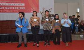 Para peserta yang beruntung memenangkan lomba posting media sosial pada kegiatan Frequency Goes to Campus (13/9).