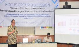 Narasumber dari PT.Trikarya Diastara Utama mempresentasikan materi kegiatan yang terkait dengan Acara FGD