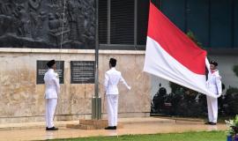 Petugas Pengibar Bendera Merah Putih dalam acara memperingati sumpah pemuda di Lapangan Kementerian Komunikasi dan Informatika 29/10