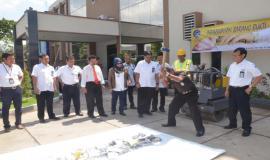 Menyusul Alwi S, Sos Kasi Pantib sa'at menghancurkan barang bukti illegal dengan menggunakan palu besar 30/10