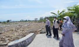 Plt. Direktur Pengendalian SDPPI Nurhaedah, Kabag Umum dan Kepegawaian Hasyim Fiater, dan Kepala Subdirektorat Monitoring dan Penertiban SFR Rahman Baharuddin meninjau daerah Balaroa, Palu (26/10).