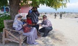 Plt. Direktur Pengendalian SDPPI Nurhaedah dan Kabag Umum dan Kepegawaian Hasyim Fiater berbincang dengan anak-anak di sekitar Balaroa, Palu (26/10).