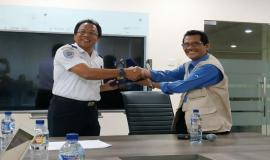 Penyerahan kenang-kenangan Praktek lapangan kepada Sekolah Tinggi Penerbangan Indonesia Curug (24/10).
