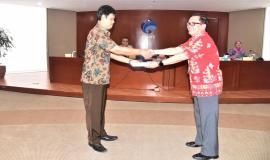 Kabag Umum dan Kepegawaian(Hasyim Fiater) menyerahkan buku data statistik kepada guru pembibing SMK Negeri Rajapolah Tasikmalaya,Jawa Barat 8/11 2018