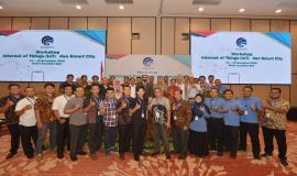 Direktur Standardisasi PPI Mochamad Hadiyana foto bersama seluruh undangan dan peserta Workshop IoT dan Smart City, Bali (14/11).