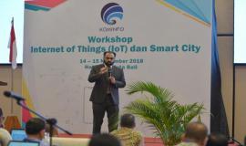 International Telecommunication Union (ITU) Expert Syed Aamir Riaz memberikan paparan ketika menjadi narasumber pada kegiatan Workshop IoT dan Smart City, Bali (14/11).