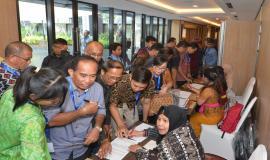 Para peserta mengambil sertifikat setelah kegiatan Workshop IoT dan Smart City selesai, Bali (15/11).