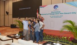 Peserta Workshop yang melakukan grup swafoto setelah kegiatan Workshop IoT dan Smart City selesai, Bali (15/11).