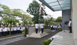 Pengibaran bendera Merah Putih, diiringi Lagu Kebangsaan Indonesia Raya pada kegiatan Upacara peringatan Hari Pahlawan di Balai Monitor Kelas I Bandung (10/11).