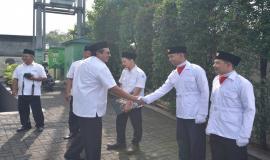 Dirjen SDPPI Ismail memberikan ucapan selamat kepada petugas Upacara Peringatan Hari Pahlawan (10/11).