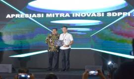 Dirjen SDPPI Ismail foto bersama salah satu mitra penerima apresiasi dalam kegiatan Launching Inovasi dan Penganugerahan Apresiasi Mitra Inovasi SDPPI 2018 (26/11).