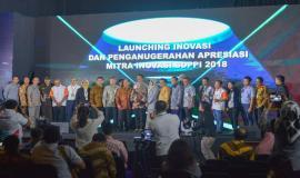 Foto bersama seluruh pejabat yang hadir di lingkungan Kemkominfo dan undangan di akhir acara Launching Inovasi dan Penganugerahan Apresiasi Mitra Inovasi SDPPI 2018 (26/11).