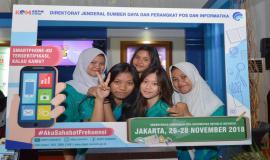 Para pengunjung berfoto bersama pada photobooth yang disediakan di Booth Ditjen SDPPI pada kegiatan KOMexpo 2018 (27/11).