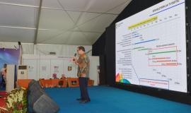 Kepala Seksi Harmonisasi Spektrum Frekuensi Radio Antar Lembaga Gerson Damanik memberikan paparan kepada pengunjung KOMexpo 2018 (27/11).