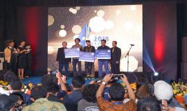 Sesditjen SDPPI R. Susanto dan Ketua Komisi Informasi Pusat Gede Narayana foto bersama pemenang salah satu kategori dalam kegiatan Anugerah Jurnalistik Kominfo 2018 (28/11).